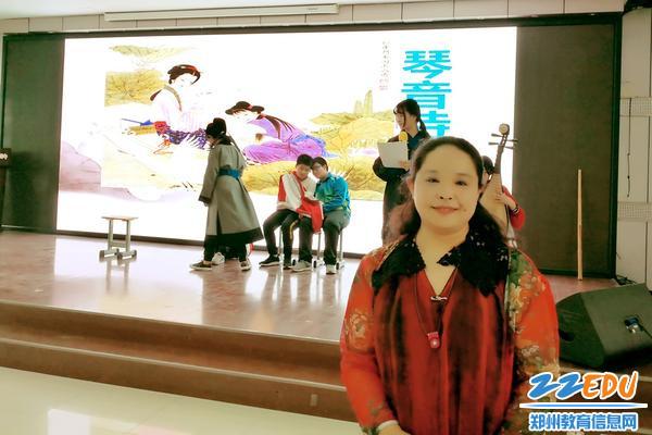 顾雨燕老师带领学生表演诗歌情景剧
