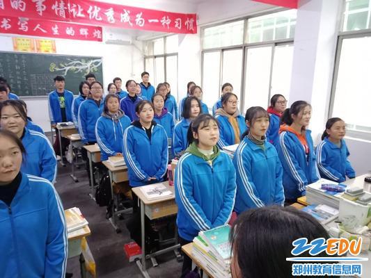 比赛中同学们激情蓬勃地歌唱