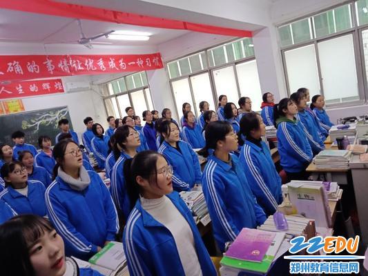 每个班级学生都在专注咏唱