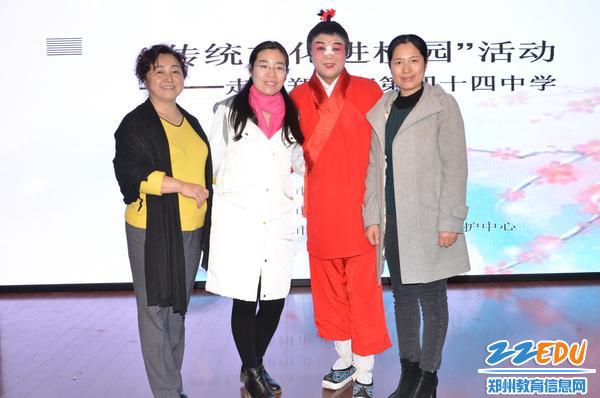 艺体中心主任丁慧萍和张珍妮老师与艺术团老师合影