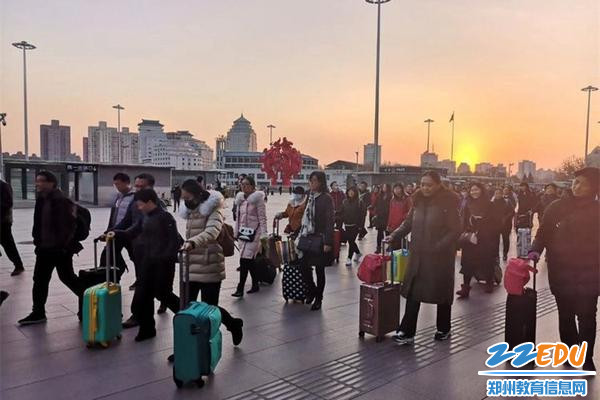 郑州44中53位骨干教师伴着晚霞到达北京
