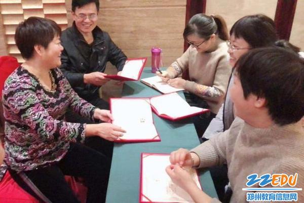副校长丁红、刘长庚为大家发放结业证书
