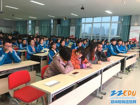 学生们认真听演讲,评委老师探讨交流